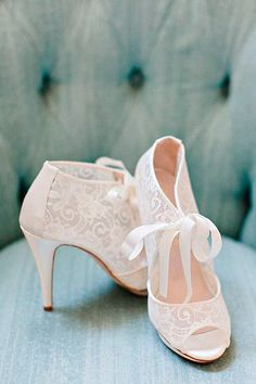 White Lace Bridal Heels Peep Toe Lace up Pumps for Wedding - Robin Letulle - Damen Hochzeitskleid and Schuhe! Peep Toe Wedding Shoes, Converse Wedding Shoes, Wedding Boots, Bride Shoes, Lace Wedding Shoes, Beige Wedding, Casual Wedding, Trendy Wedding, Wedding Hair