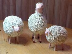 ovejas en papel mache, por Abisluz.