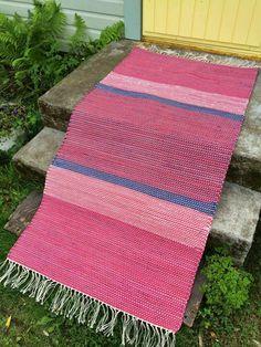 Raitoja ja räsymattoja Picnic Blanket, Outdoor Blanket, Carpet Design, Recycled Fabric, Scandinavian Style, Rug Making, Woven Rug, Rugs On Carpet, Home Furnishings