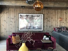 #hytte #hytteinteriør #hytteinspirasjon #rosasofa #pinkcouch #beiset #panel #beisetpanel #beispåhytta #hytteliv #cabin #cabininterior Pink Couch, Cabin Interiors, Gallery Wall, Sofa, Frame, Home Decor, Picture Frame, Settee, Decoration Home