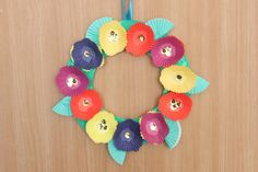 A cupcake liner flower wreath. Simple to make, but beautiful! Cupcake Liner Crafts, Cupcake Liner Flowers, Cupcake Liners, Toddler Art Projects, Toddler Crafts, Preschool Crafts, Kid Crafts, Easter Arts And Crafts, Spring Crafts For Kids