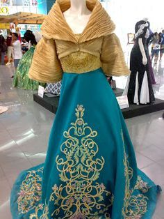 This is the Buwan ng Wika Exhibit last August I love the modern Filipiniana designs of some famous Filipino Fashion Designers. Modern Filipiniana Gown, Filipiniana Wedding, Traditional Fashion, Traditional Dresses, Maria Clara Dress Philippines, Philippines Fashion, Philippines Culture, Filipino Fashion, Formal Wear Women