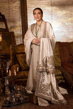Chand Begum -Pakistani Designer Dress - NILOFER SHAHID Chand Begum is a low budget exquisite Pakistani designer dress, embroidery dress. Shop now for this pakistani designer wear. Desi Wedding Dresses, Pakistani Formal Dresses, Pakistani Dress Design, Pakistani Designers, Formal Dresses For Women, Pakistani Outfits, Indian Dresses, Indian Outfits, Pakistani Shadi