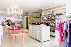 Hoje a consultoria vai para leitora Luana! Ela precisa de ajuda para deixar sua futura loja de bijus linda e funcional. Assim ela no...
