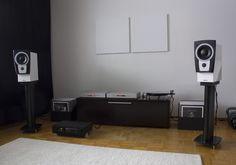 Dynaudio in a nice b/w minimalistic setup.