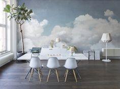 Salle à manger avec des chaises Eames, un très beau papier-peint nuage sur toute la surface du mur