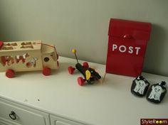 barnrum,postlåda,byrå,leksaker,röd brevlåda