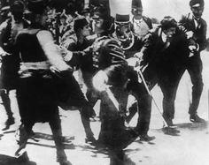 Omedelbart efter attentatet grips Gavrilo Princip av polisen efter och dådådå dödande skotten mot Frans Ferdinand och Sophie.