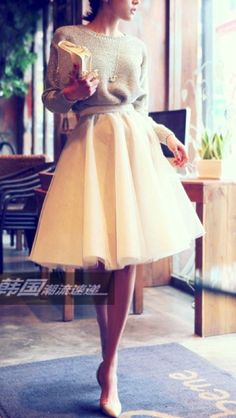 Tulle skirt and sweatshirt. I love the look of tulle skirts. Look Fashion, Womens Fashion, Feminine Fashion, Fashion 2015, Fall Fashion, Skirt Fashion, Fashion Outfits, Street Fashion, Korean Fashion