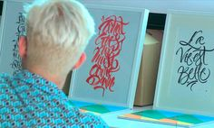 El pasado 24 de julio el artista madrileño Misterkams visitó Trazos para hablar de lettering, caligrafía y graffiti. Además, realizó una demostración en directo, dibujando algunas palabras en exclusiva para la escuela. Para más información, clica en la imagen