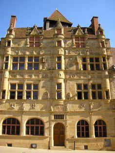 Superbe façade sculptée de l'hôtel de ville de Paray-le-Monial, en Saône-et-Loire, sud Bourgogne © ADT 71 / OT Paray-le-Monial