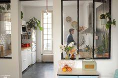 Rénovation et ré-aménagement de notre cuisine de 12 mètres carrés. Au programme : Murage d'une porte. Ouverture d'un mur avec pose d'un IPN et installation d'une verrière en acier faite maison. Remise à neuf du circuit électrique. Pose d'un carrelage de sol hexagonal en ciment. Enduits et peinture des murs et du plafond, pose d'un carrelage métro blanc sur les murs. Peinture d'une portion de mur en peinture ardoise Installation de modules de cuisines Ikea, pose d'une hotte. Modification de…