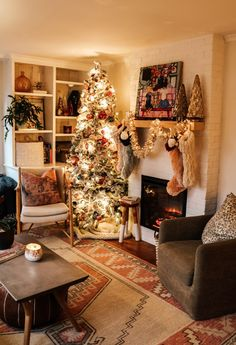 : Casual Christmas Decor- Holiday Housewalk Girls Bedroom and Family Room - Nesting With Grace livingroomdecorcolors Christmas Living Rooms, Christmas Home, Vintage Christmas, Apartment Christmas, Christmas Ideas, White Christmas, Christmas Mantles, Christmas Villages, Victorian Christmas
