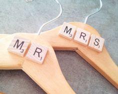 Cintre pour mariage Mr ET Mrs lot de 2 + lettres scrabble, accessoires pour couple - 2 wedding hangers Mr and Mrs