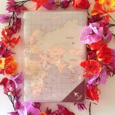 Julho chegou e quem ai está contando os dias para as férias? Essa capinha pra passaporte não vê a hora de viajar! - Loja finé - www.lojafine.com