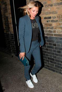 Kate Moss look usa terninho social azul com tenis branco e clutch Pinterest: KarinaCamerino