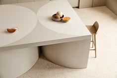 Harmony and design: una cocina extremadamente elegante Creative Architecture, Interior Architecture, Interior Design, Kennedy Nolan, Timber Shelves, Meeting Table, Functional Kitchen, Family Kitchen, Splashback
