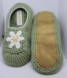Crochet Baby Shoes, Crochet Slippers, Ballet Fashion, Star Flower, Womens Slippers, Knitting Projects, Color Combinations, Suede Leather, Primary Colors