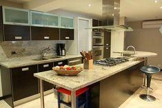 Una cocina bella con granito natural Reformas en Valencia Gres World Avda. Peris y Valero 159 www.gresworldreformas.com
