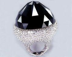 Lo Spirito di de Grisogono è il più grande diamante nero tagliato del mondo con i suoi 312.24 carati.  Incastonato su una montatura di oro bianco, è circondato da 702 splendidi diamanti chiari.