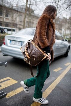 El Mejor Street Style De Mochilas Que Te Convencerán De Adquirir Una | Cut & Paste – Blog de Moda