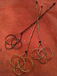 Celtic knot bubble wands made of wire Wire Crafts, Crafts To Do, Jewelry Crafts, Pagan Jewelry, Metal Jewelry, Celtic Love Knot, Bubble Wands, Beltane, Beads And Wire