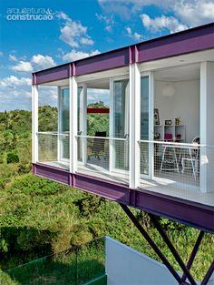 Painéis de vidro e estrutura metálica unem casa à natureza - Casa