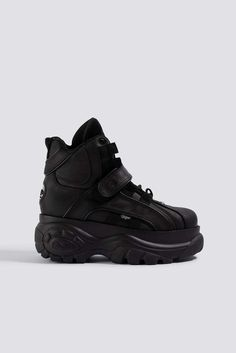 The 1348 Sneaker by Buffalo features an ankle length, a large chunky rubber sole, rounded toe, Buffalo London logo on the shoe tongue, and velcro closure. Hype Shoes, Buy Shoes, Me Too Shoes, Girl Clothes Style, Egirl Fashion, Fashion Outfits, Sneakers Fashion, Fashion Shoes, Buffalo Boots