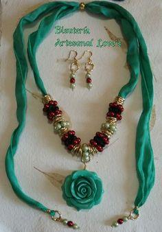 Collar en seda con flor de resina, perlas y cristal
