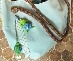 Porte clefs tortue amigurumi couleurs vert et bleu fait main