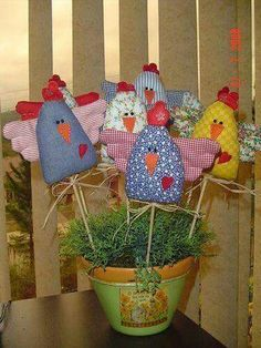 So many options with these cool chicks could use up small scraps! Bird Crafts, Animal Crafts, Felt Crafts, Crafts To Make, Fabric Crafts, Easter Projects, Easter Crafts, Fabric Birds, Fabric Flowers