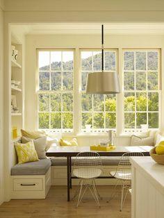 Sitzecke neben dem Fenster als komfortablen Essplatz in der Küche