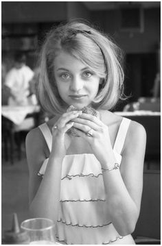 goldie hawn | Goldie Hawn, 1964 Eating a hamburger in Washington, D.C., before the ...
