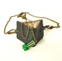 He encontrado este interesante anuncio de Etsy en https://www.etsy.com/es/listing/129285537/green-book-necklace-mini-book-jewelry