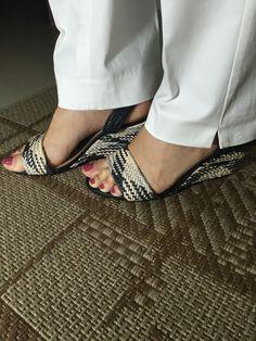 Sandália anabela para o dia a dia. Cores práticas branca e preta. Combina com saias e calças.