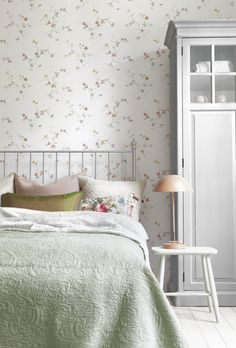 Wallpaper Decorating Ideas: The Bedroom - Town & Country Living - Wallpaper Decorating Ideas: The Bedroom – Town & Country Living - Country Farmhouse Decor, Country Living, Bedroom Country, Romantic Bedroom Decor, Couple Room, Victorian Bedroom, Wallpaper Decor, Bedroom Wallpaper, Black Rooms