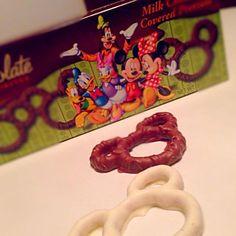 ロスのディズニーワールドのお土産꒰ ू๑ ›◡ु‹ ๑ ू꒱ 塩の粒がカリッとなってチョコレートと合うぅ〜 - 44件のもぐもぐ - チョコレートプレッツェル❤️ by mieko matsuzaki
