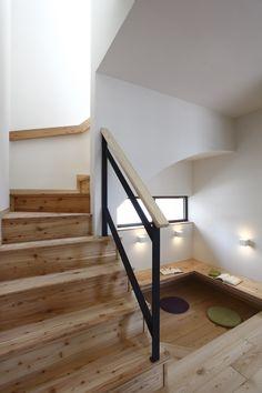 階段下のスペースをスタディコーナーに。リビングとゆるやかにつながり、家族の気配も感じられる空間です。  #注文住宅 #デザオ建設 #階段下 #スタディコーナー #自然素材 #無垢材 #設計 #家づくり #マイホーム #新築 #一戸建て