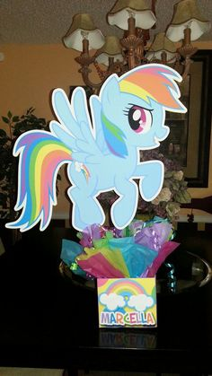 My Little Pony Birthday Party Centerpiece. Use poster board My Little Pony Birthday Party, 4th Birthday Parties, Birthday Ideas, Girl Parties, Baby Showers, Rainbow Dash Party, Birthday Party Centerpieces, Little Poney, Party Time