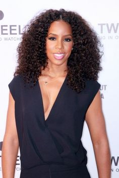 I still want to rock a pretty curly weave like Kelly's right here.