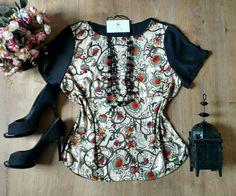 Blusa floral acetinada
