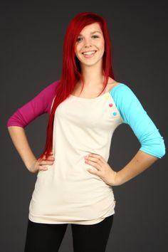 Joy Tyrkys/Fuchsia SMLBéžové tričko s tyrkysovým a růžovým rukávem. Krásná kombinace výrazných pastelových barev. Průramek je ozdobený třemi barevnými patentky. Střih: Projmutý a prodloužený. Ramena jsou mírně prostřižená. Materiál: 100%viskoza. Údržba: Tričko perte prosím na 30-40°C se světlým prádlem. Skladem vel. S,M a L. Rozměry: S - délka zad 60, délka ...