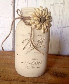 Hand painted medium 800 ml Ball mason jar painted with antique white chalk paint then distressed. Perfect to use as centerpiece, to hold flowers, - Crafting DIY Center Mason Jar Projects, Mason Jar Crafts, Mason Jar Diy, Bottle Crafts, Pots Mason, Mason Jar Centerpieces, Chalk Paint Mason Jars, Painted Mason Jars, Chalkboard Paint