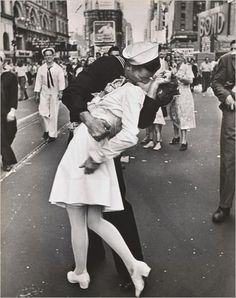 On August 14, 1945, at seven o'clock, U.S. President Harry S. Truman announces that Japan had surrendered unconditionally, ending World War II. Crowds spontaneously took to the streets.