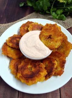 Tostones de plátano con dip de yogurt y chipotle. | 15 Platillos deliciosos que puedes preparar con plátanos