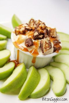 A fluffy, light vanilla and caramel pudding whip loaded with Snickers candy pieces - perfect for apple dipping! #dessert #dip #appetizers #nobakedesserts #partyfood #snickers #carmleapple #applerecipes