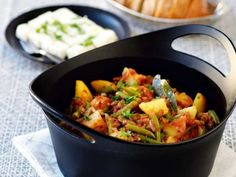 Recept på vegetarisk grekisk gryta med bönor och fetaost. Underbart god böngryta som passar till vardag och fest.