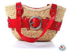 Plážový slamený košík Lotus červený  Slamený košík z prírodného materiálu s lakovanými červenými ramienkami a opaskom okolo košíka z ekokože. Vo vnútri košíka je červená látka so šnúrkou, ktorou sa dá obsah košíka zatvoriť a ochrániť pred nepovolanými rukami. Nosnosť košíka je 1,5 kg.  http://www.yolo.sk/plazove-tasky/plazovy-slameny-kosik-lotus-cerveny