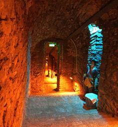 os haluat nähdä ja kokea Tallinnan historiaa, silloin kannattaa suunnata Bastionin tunneleille. Jo 1600-luvulla rakennetut tunnelit sijaitsevat vanhassakaupungissa Toompean kukkulan alla, jotka yhdistävät maalinnoitukset toisiinsa. Ne rakennettiin alunperin sotilaiden ja ammusten suoja- ja siirtymäpaikoiksi ja vihollisten vakoilupaikoiksi. Toisen maailmansodan aikana tunneleita käytettiin pommisuojina. Neuvostoaikana niihin tehtiin parannustöitä ja lisättiin mm. sähköt ja puhelinlinjat...