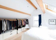 <p>Ce dressing ouvert tout en longueur, permet d'utiliser l'espace le plus bas de cette chambre sous les toits. Véritable gain d'espace ce dressing ne nécessite pourtant qu'un portant et...